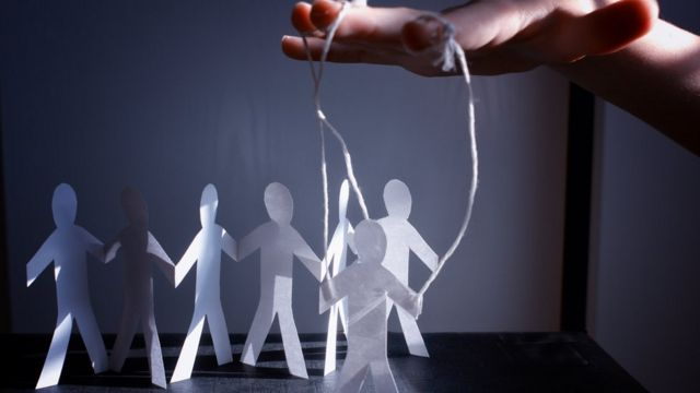 Imagen de figuras humanas movidas por cuerdas