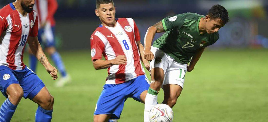 Bolivia y Paraguay luchan por un cupo en cuartos de final. Foto: AFP