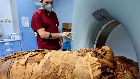 Practican una tomografía computarizada a una momia egipcia en un hospital italiano