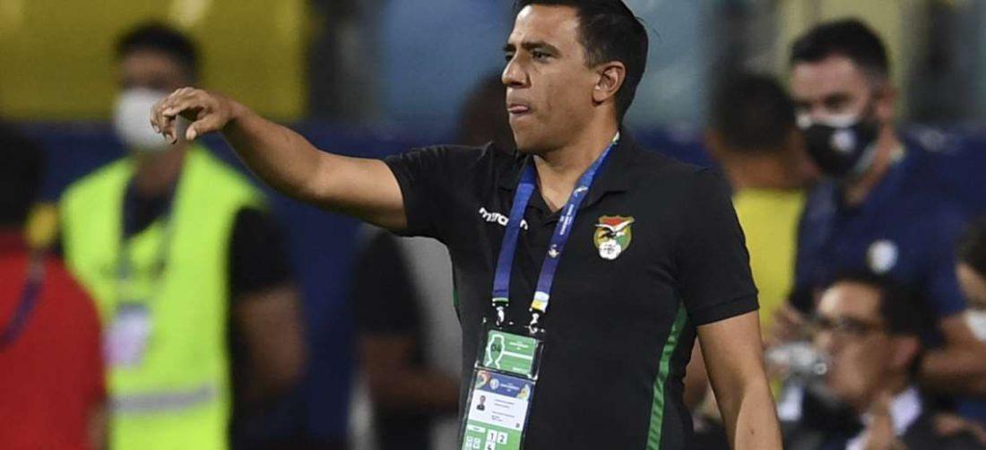 César Farías, durante el partido de Bolivia ante Chile. Foto: AFP