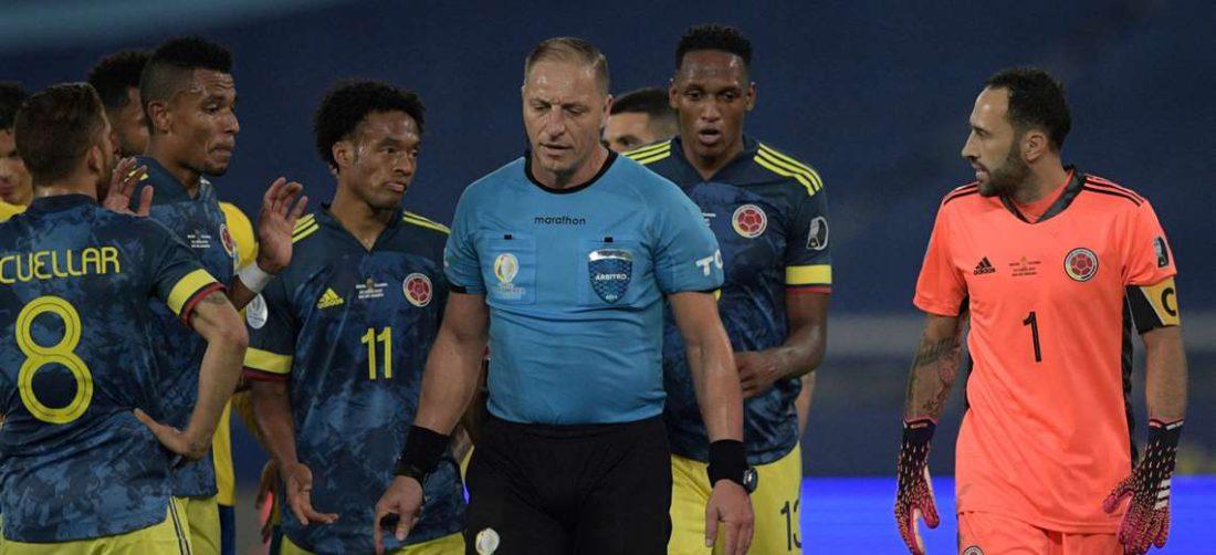 Los jugadores de Colombia hacen reclamos al árbitro Pitana. Foto: AFP