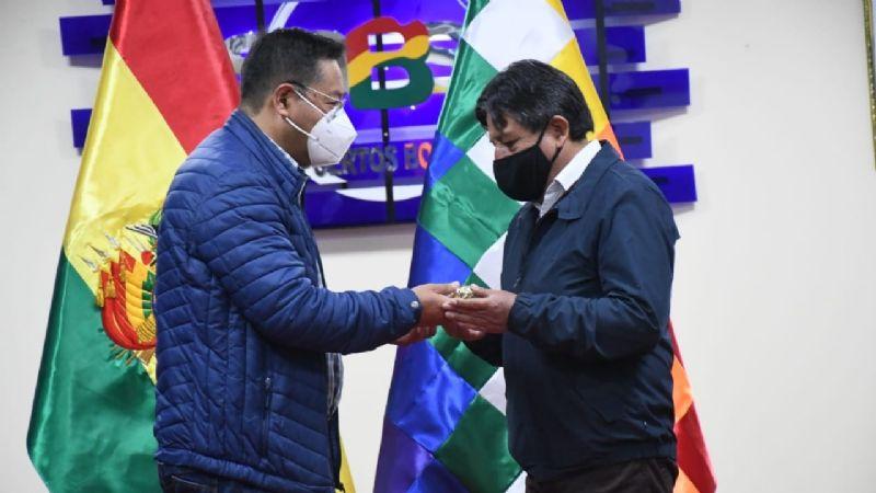 Arce entrega el bastón de mando a Choquehuanca para asistir a Cumbre en Venezuela