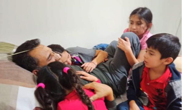 Runy Callaú recibe el cariño de sus hijos al retornar a su casa