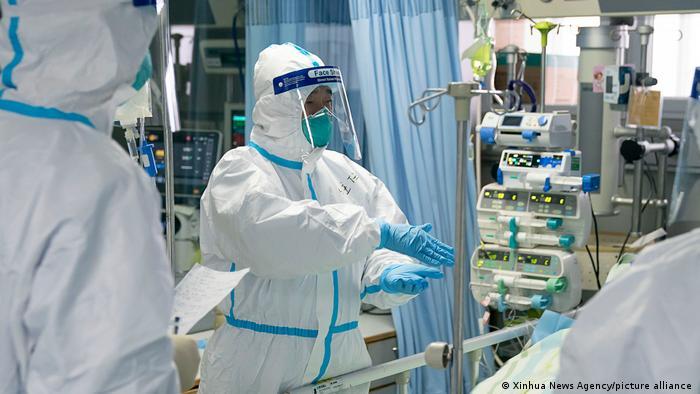 Médicos del Hospital Zhongnan de Wuhan, en la provincia central china de Hubei,