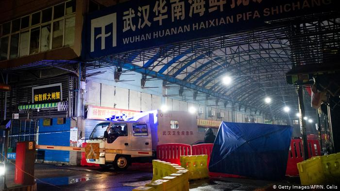 El nuevo análisis refuerza las teorías de que una variedad de coronavirus pudo haber estado circulando en Wuhan antes de los brotes iniciales vinculados a los mercados de animales y mariscos (foto) en diciembre de 2019.