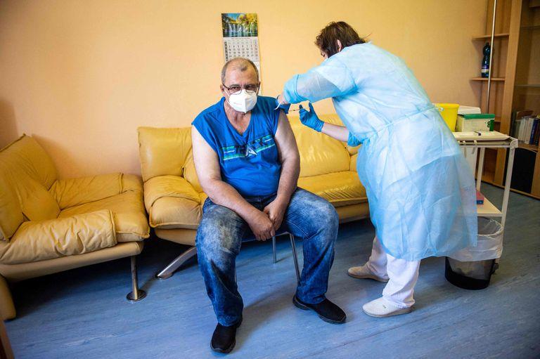Un hombre recibe la primera dosis de la vacuna Sputnik V contra el coronavirus en Eslovaquia