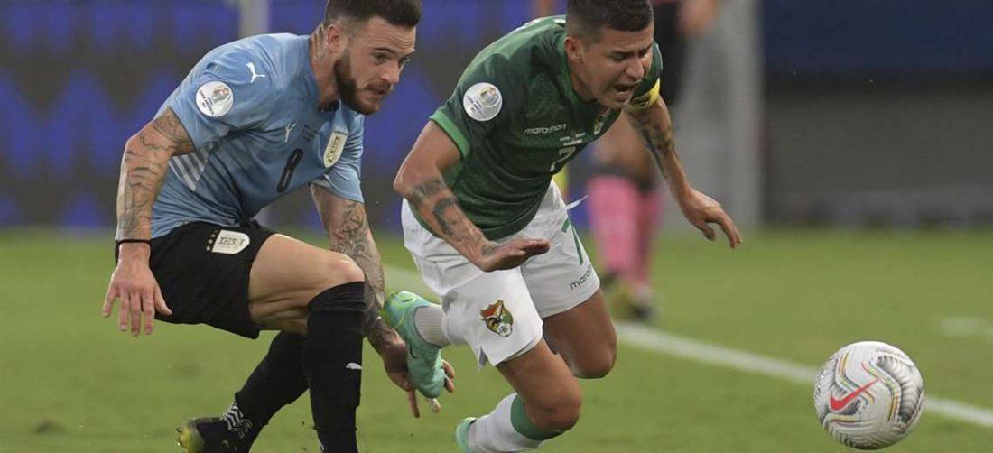 Arce intenta escapar a la marca del uruguayo Nández. Foto: AFP
