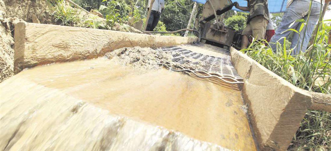 Las cooperativas instalan maquinaria para la extracción del oro. Utilizan dragas y equipos