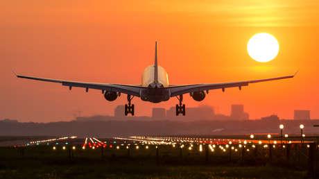 ¿Por qué se atenúan las luces al aterrizar? El piloto más experimentado explica algunas prácticas intrigantes