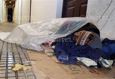 El hombre se encontraba durmiendo en pasillos de la Brigada Parlamentaria (Foto:Leo Gil)