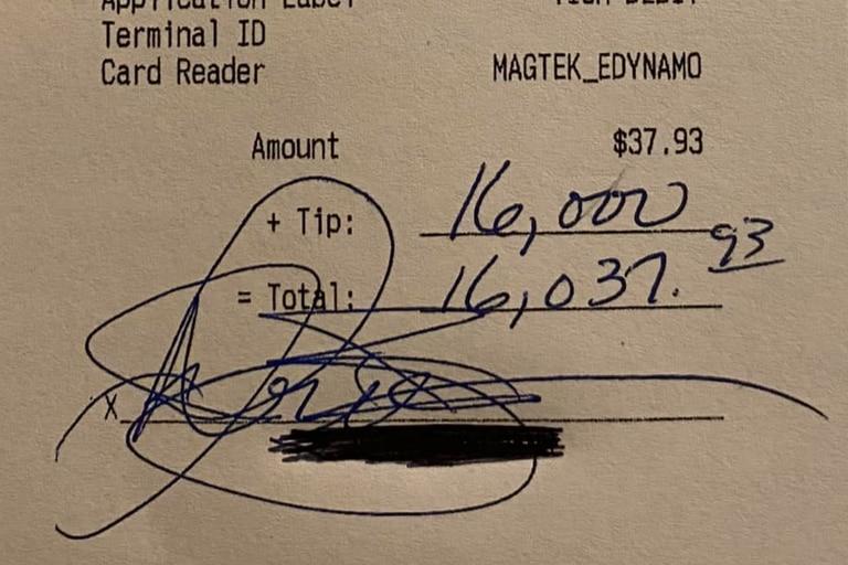 """Un cliente dejó 16.000 dólares de propina después de consumir productos por menos de 40; la mesera admitió que """"nunca pensó que le pasaría algo así"""""""