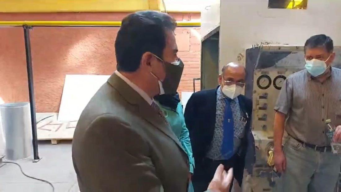 El alcalde de Cochabamba, Manfred Reyes Villa, durante la inspección a la planta de oxígeno del Hospital del Norte. Captura de video GAMC