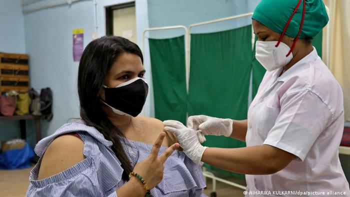 Esta ciudadana india recibe la vacuna Covishield de AstraZeneca, que no está aprobada para vacunación en la UE.