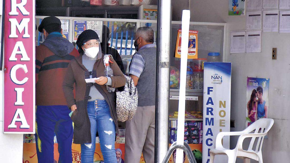 Un grupo de personas hace fila en una farmacia para comprar medicamentos. DICO SOLÍS