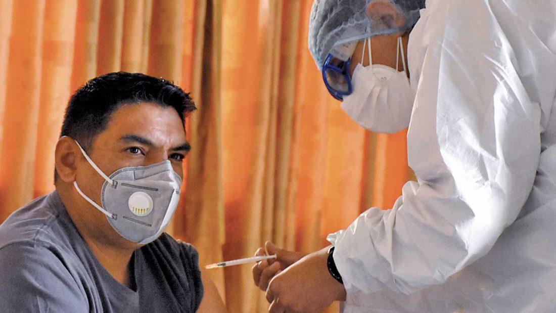 Una enfermera aplica la vacuna anticovid. DICO SOLÍS