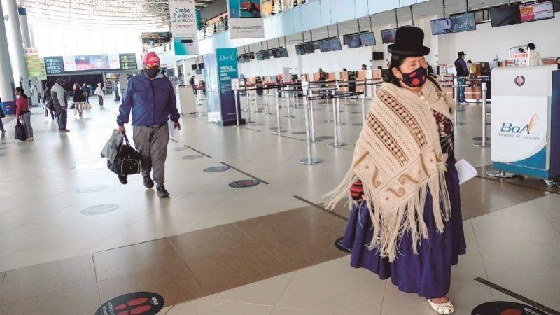 Funcionarios del aeropuerto recibirán vacunas anticovid en su fuente laboral