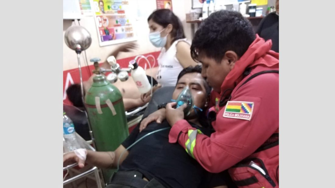 Un efectivo policial ayuda a su camarada en un centro médico. Jhonny Vidal Coaquira