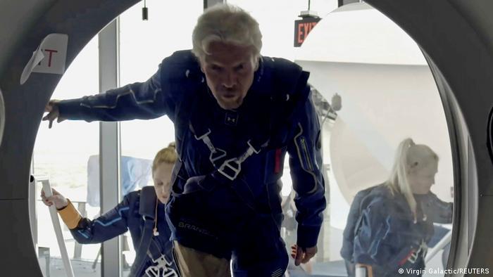 Richard Branson, al subirse a la nave Unity 22 de Virgin Galactic.