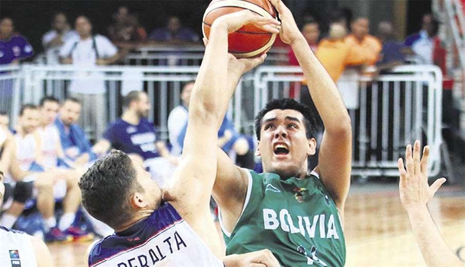 Luis Mercado es el jugador más alto del equipo boliviano, mide 2.08 metros