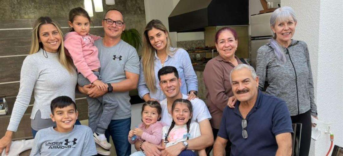 Carlos Lampe, con su familia que se reunió para despedirlo. Foto: Familia Lampe