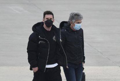 Messi, junto a su padre, el pasado lunes en el aeropuerto de Rosario, Argentina.