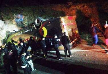 Así quedó el bus tras la maniobra que realizó el conductor porque no respondían los frenos
