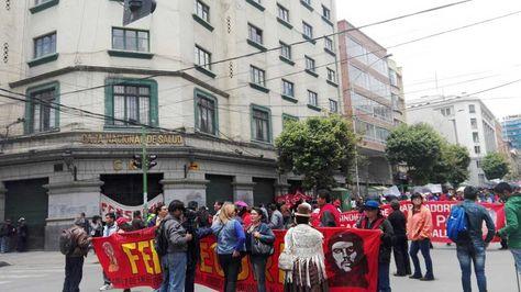 Trabajadores de la CNS se movilizan en La Paz y no descartan ir al paro indefinido - La Razón   Noticias de Bolivia y el Mundo