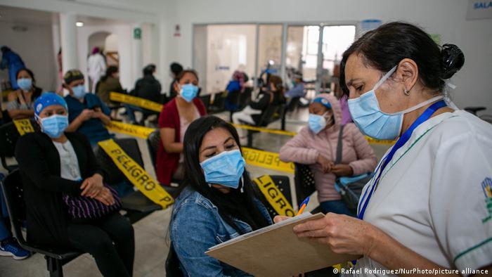 Pacientes esperan para ser vacunados en Ecuador.