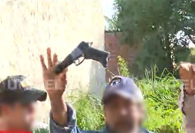 Los vecinos enseñaban el 'arma' con el que el delincuente les apuntaba