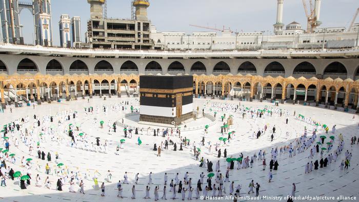 Los primeros peregrinos llegan a la Gran Mezquita para dar sus siete vueltas a la Kaaba, entre estrictas medidas de seguridad.