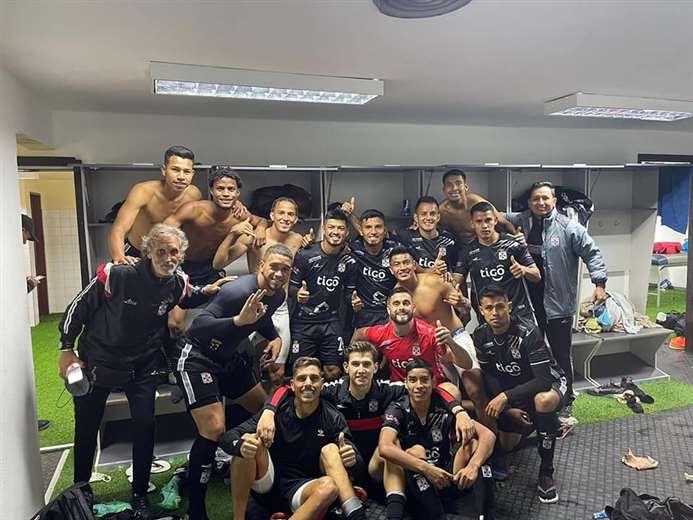 Los albos celebraron en camarines tras el empate que sacaron en La Paz ante Bolívar.