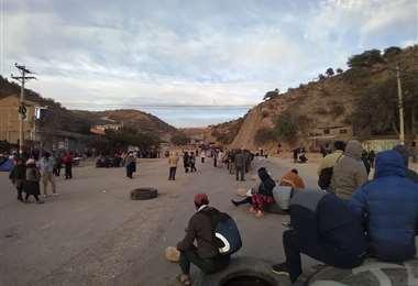 El bloqueo cumple su segundo día, pobladores debieron caminar cargados (Marcelo Beltrán)