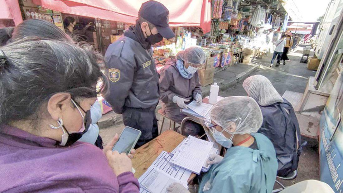 Personal de salud instala un punto móvil para vacunar a comerciantes de La Pampa. DICO SOLÍS