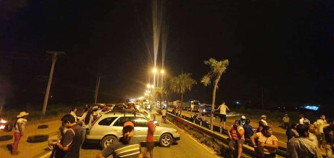 Mototaxistas de Warnes bloquean la ruta al norte