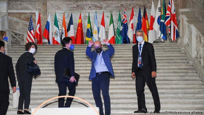 El ministro italiano Roberto Cingolani saluda.