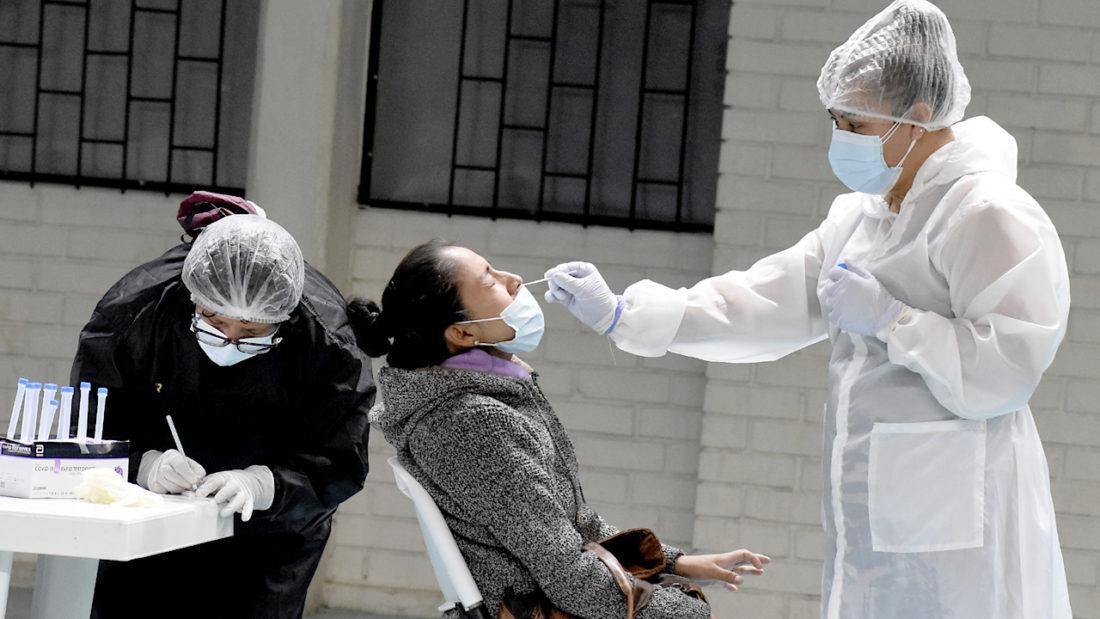 Personal médico realiza pruebas de coronavirus. DICO SOLÍS