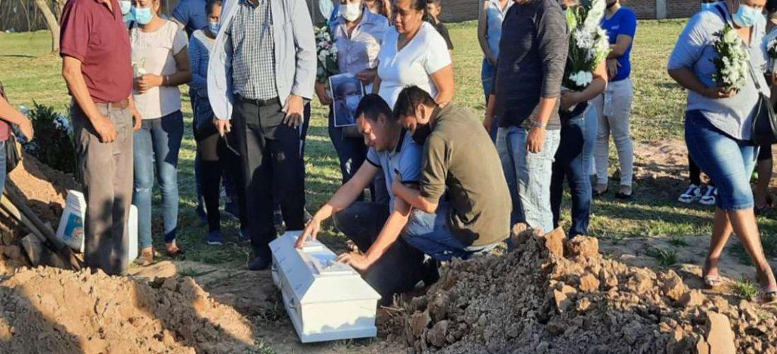 Familiares de Darlyng la acompañan y le dan el último adiós (Foto: Mario Rocabado)