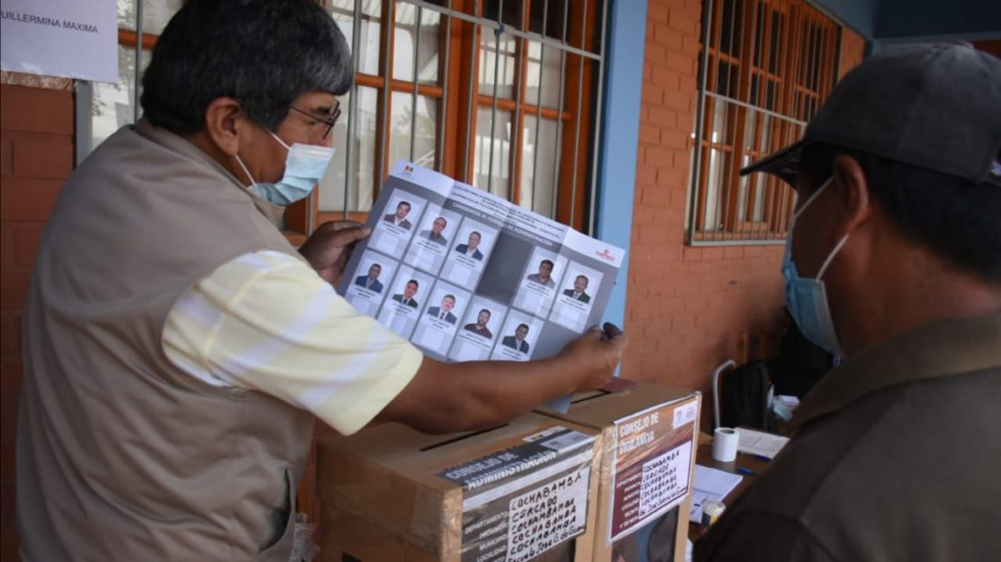 Un socio de Comteco acude a emitir su voto. DICO SOLÍS