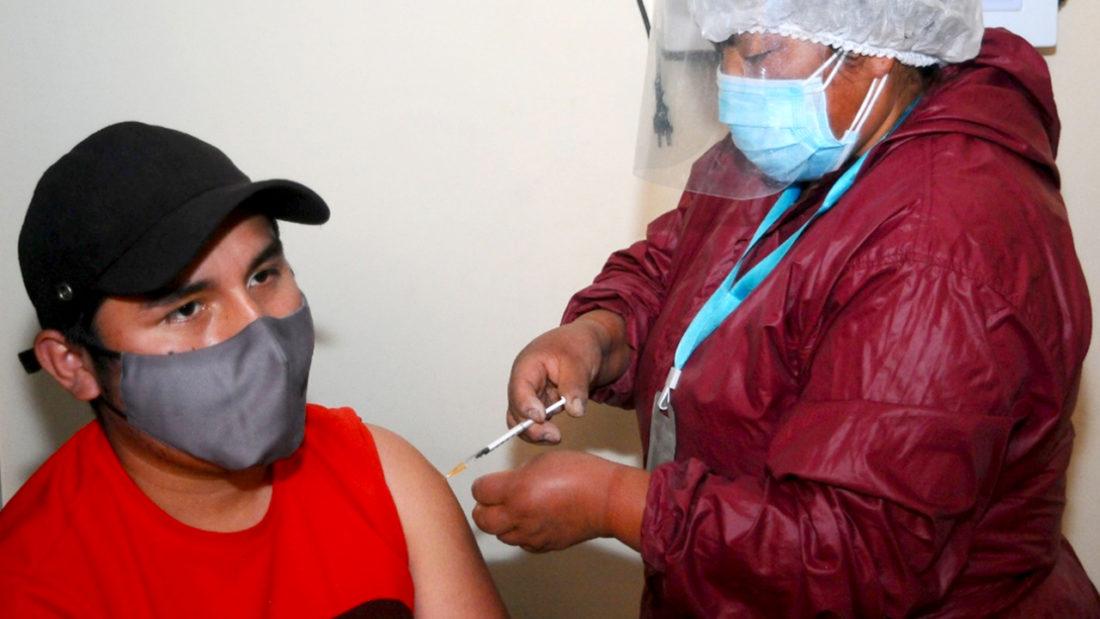 Un joven recibe la vacuna contra la COVID-19. NOÉ PORTUGAL