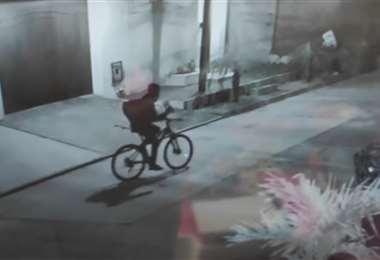 El ladrón huyendo de la casa