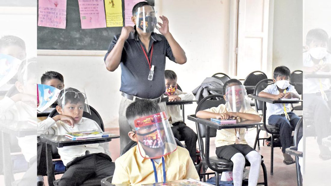Un profesor dicta clases presenciales a sus estudiantes con las medidas de bioseguridad. DICO SOLÍS