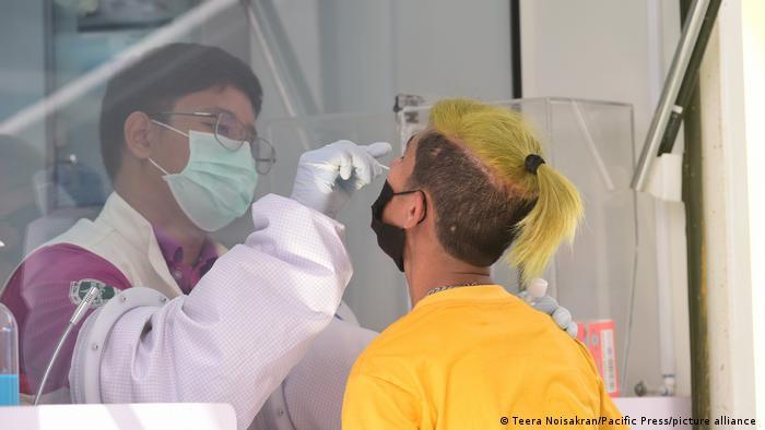 Funcionarios sanitarios recogen muestras en Bangkok, Tailandia.