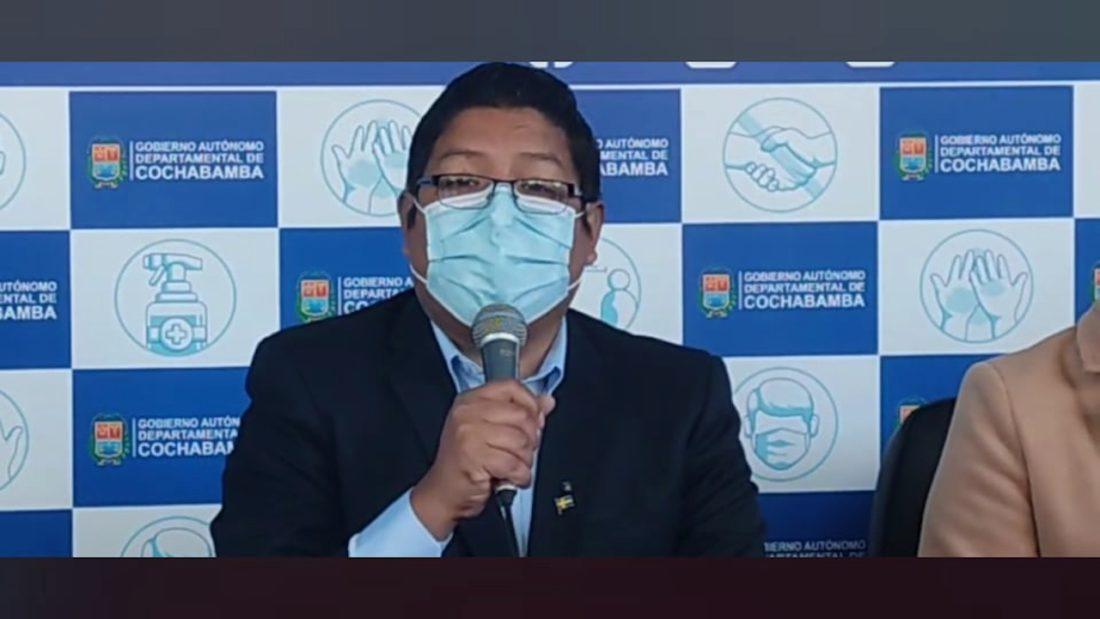 El jefe de Epidemiología del SEDES, Yercin Mamani, brinda el informe diario del comportamiento de la COVID-19. Captura de video GADC