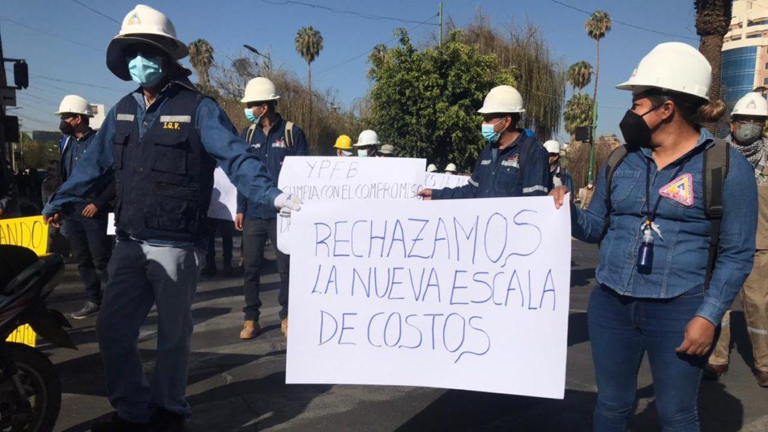 Trabajadores protestan contra YPFB en Cercado.