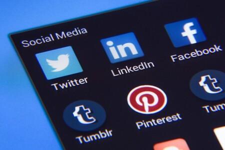 Iconos de aplicaciones de redes y plataformas sociales en la pantalla de un móvil
