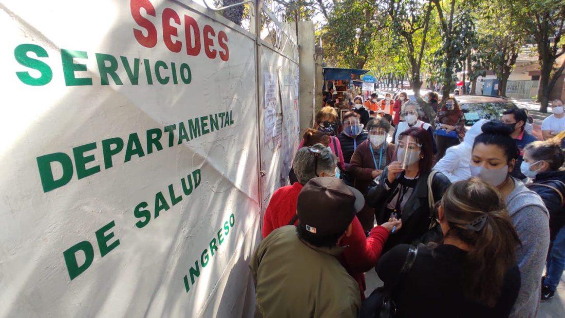 Ciudadanos se concentran y protestan en la puerta del SEDES de Cochabamba por la segunda dosis de la vacuna anti COVID Sputnik V. NOÉ PORTUGAL