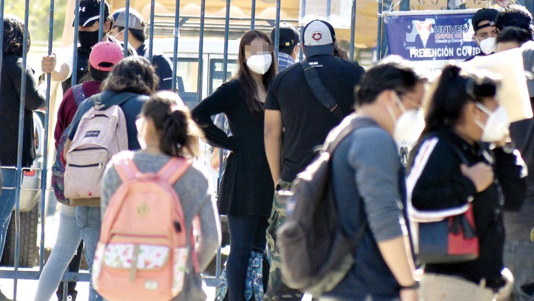 Un grupo de estudiantes ingresa al campus principal de la UMSS. DICO SOLÍS