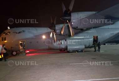El avión hércules salió la madrugada del viernes con jeringas y alimentos (Leo Gil)