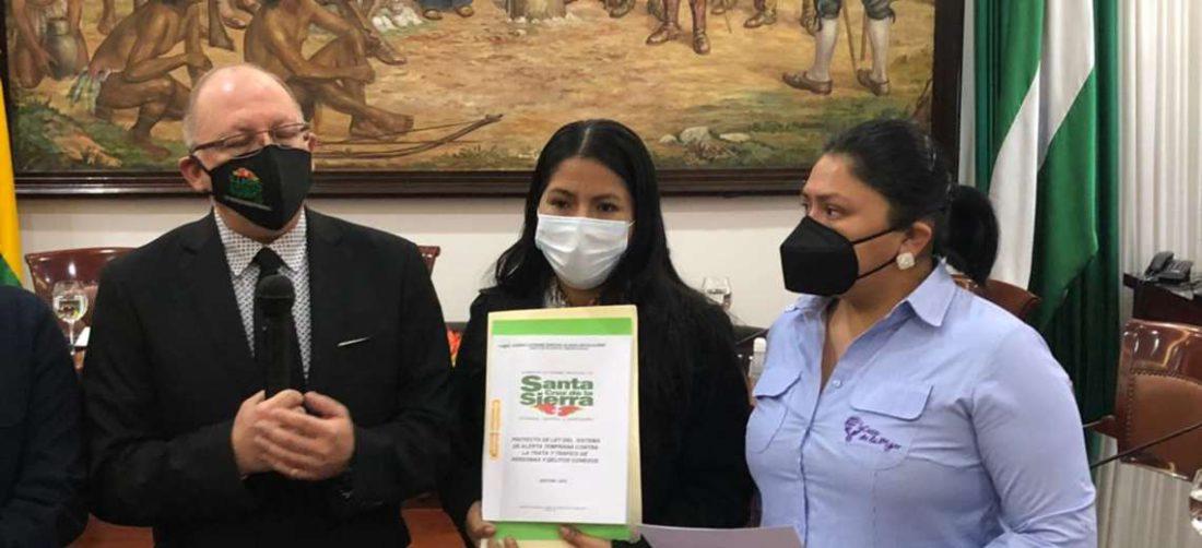 El secretario municipal de Desarrollo Humano, Raschid Guardia, entrega el proyecto de ley
