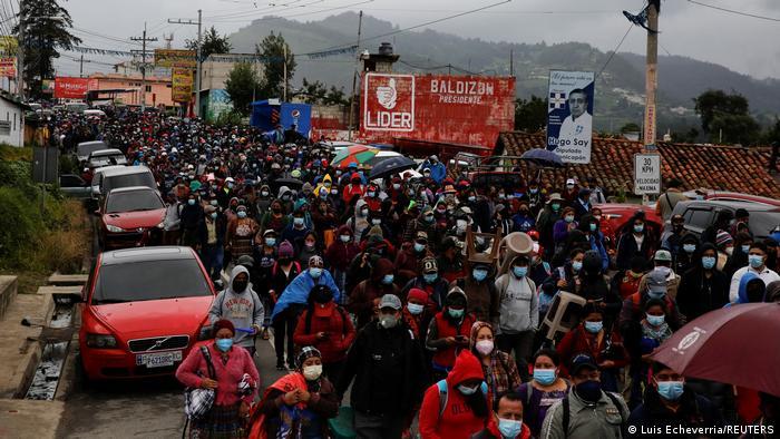Foto de miles de personas que protestan en Guatemala.